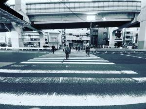 交差点を歩くおじさんがモノクロで描画されています